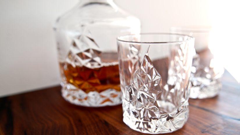 Verres sur un meuble à whisky