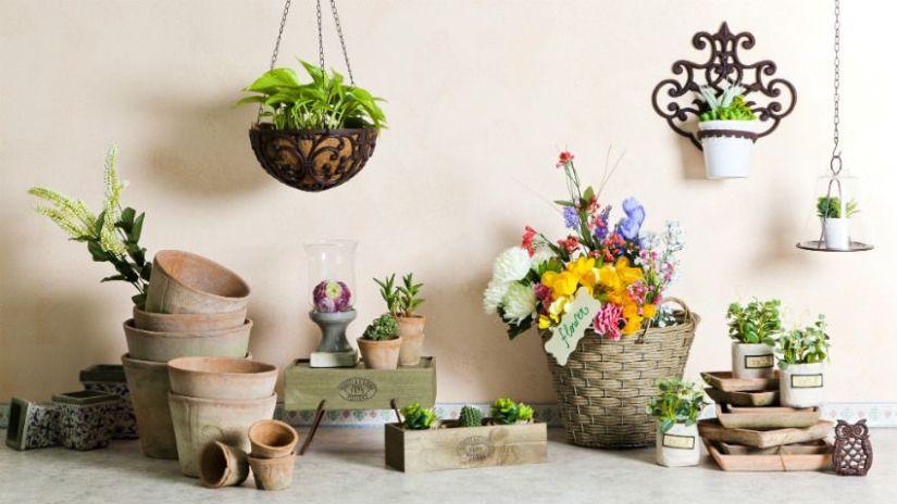 Jardinière en bois et pots de fleurs