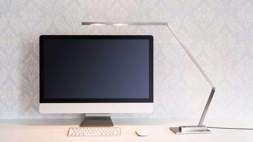 Bureau informatique design et lampe