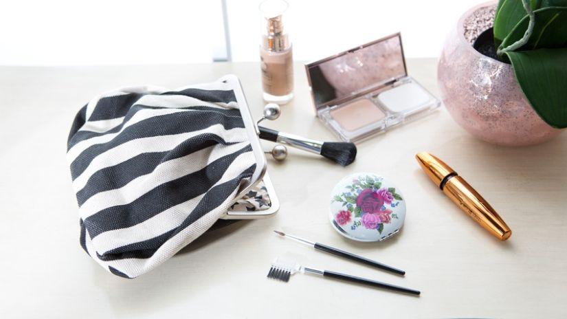 Trousse de maquillage à rayures blanches et noires