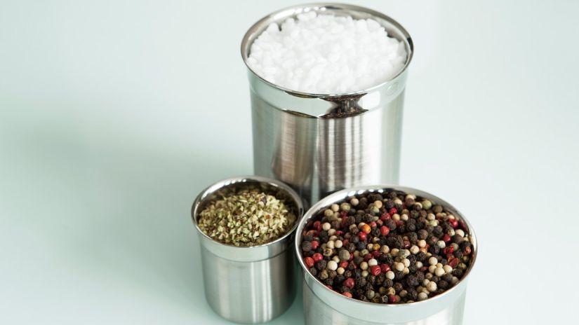 pot à épices - sel, herbes et baies