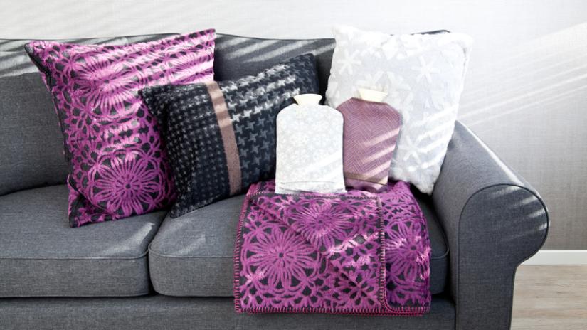 Bouillottes blanches et violettes à motifs