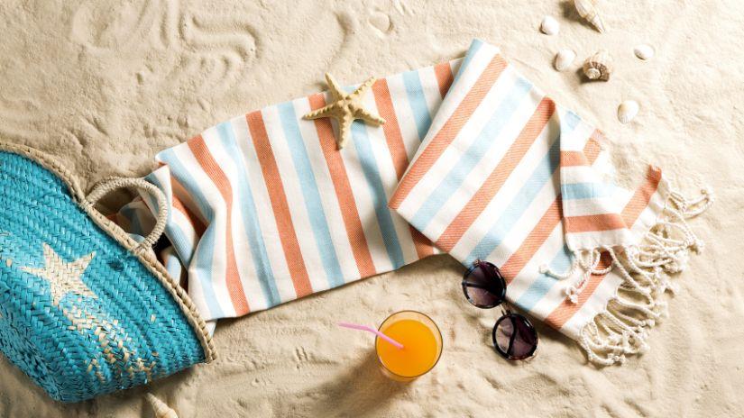 Fouta en coton rayé dans le sable
