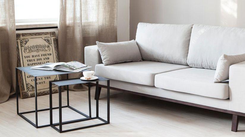 tables gigognes en métal devant un canapé