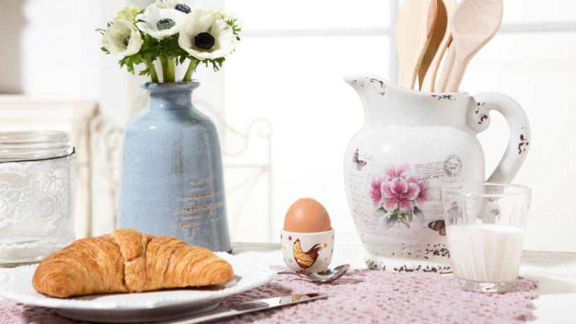 Broc décoratif blanc à fleurs