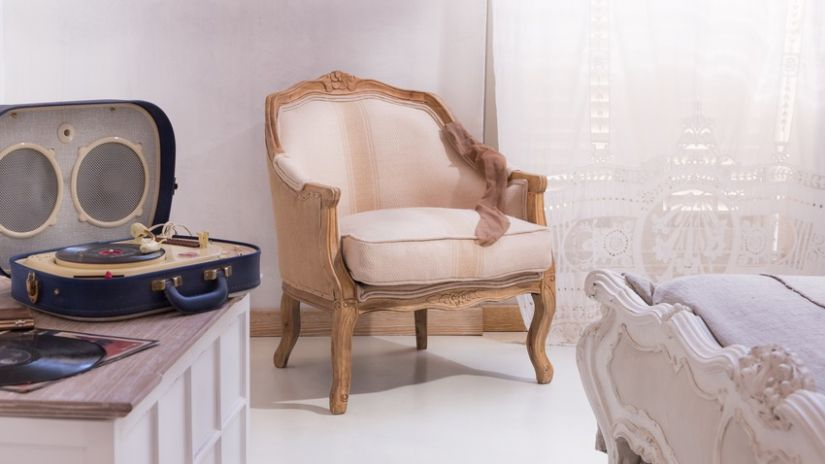 Fauteuil bergère en bois et tissu beige