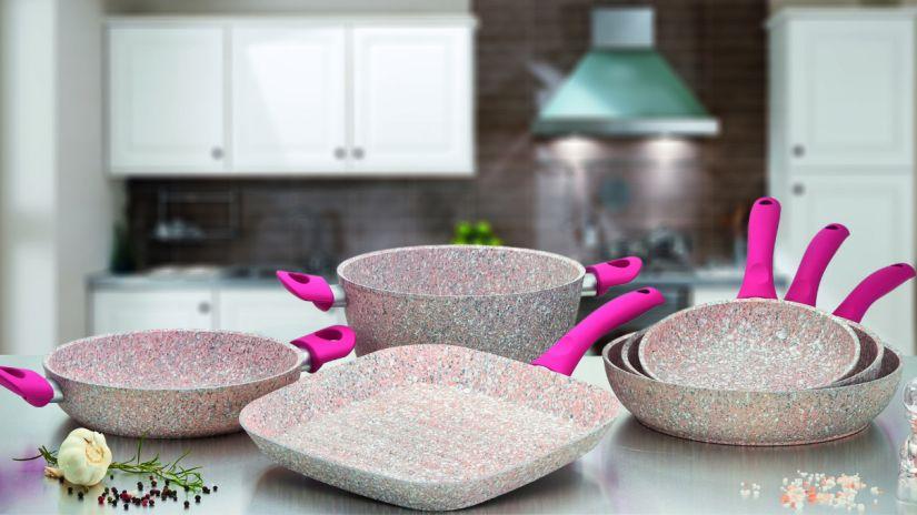 poêles et casseroles de couleur rose