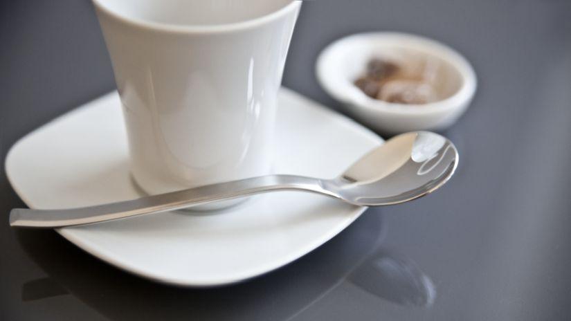 Sous-tasse carrée blanche et tasse de café