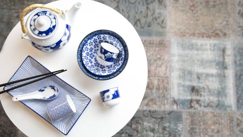 bol chinois et théière en porcelaine sur un plateau