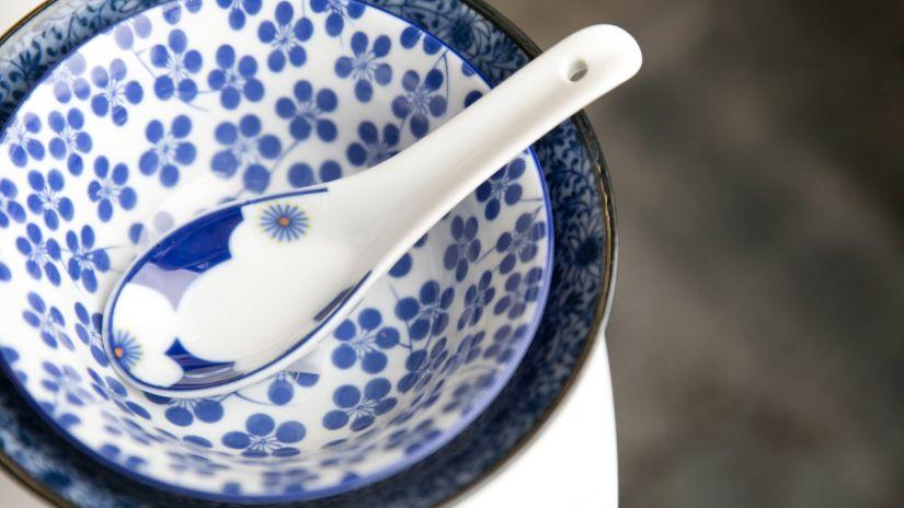 bol chinois et cuillère en porcelaine blanche et bleue