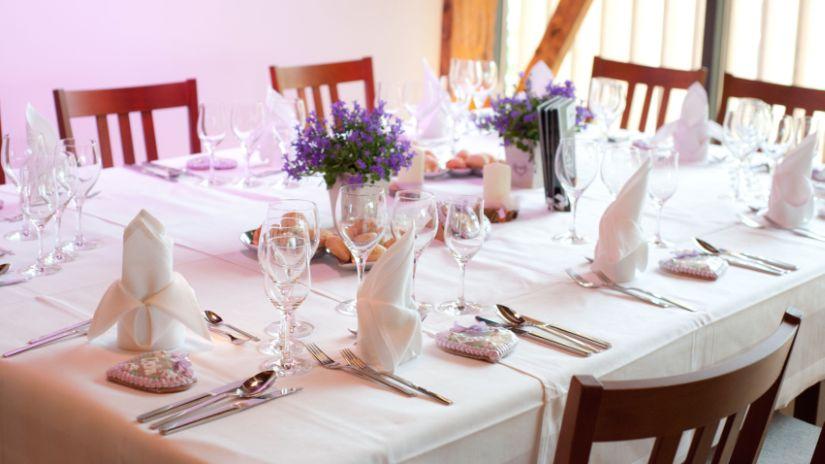 nappe blanche - vaisselle festive - bouquets de fleurs violettes