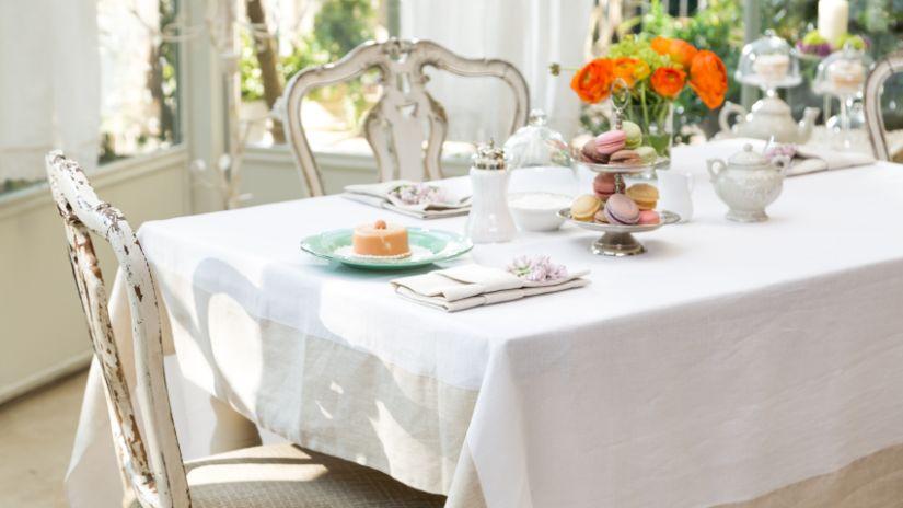 nappe immaculée - bouquet de fleurs - serviteur à gâteaux