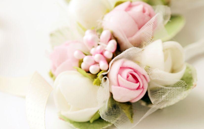 tulle blanc, bouquet de fleurs roses