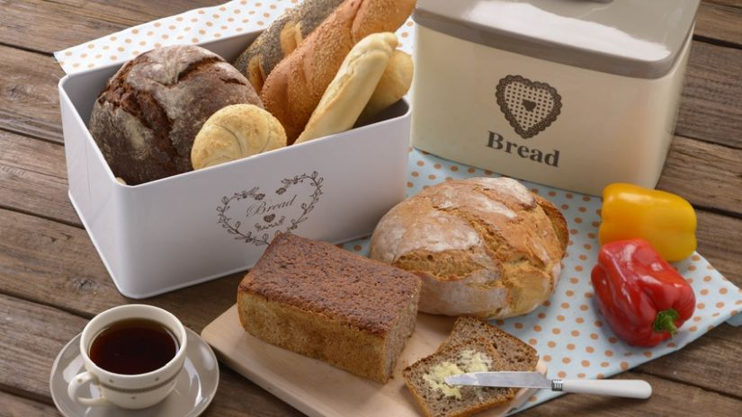 Boîte à pain en métal blanc