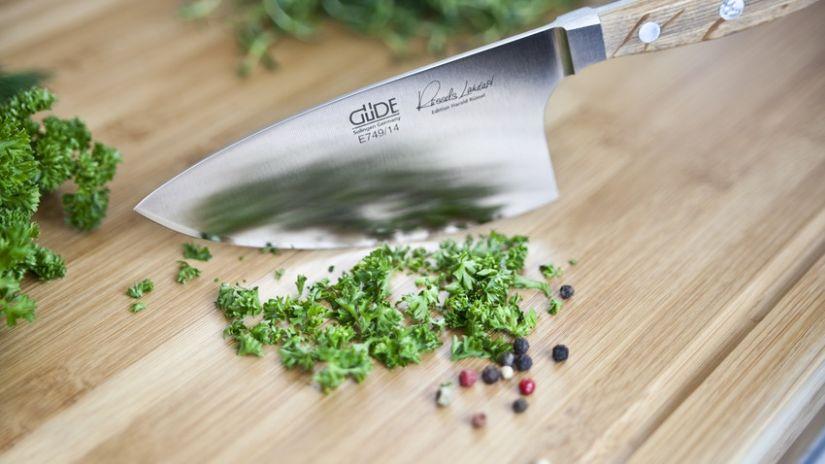 Hachoir en métal en forme de couteau