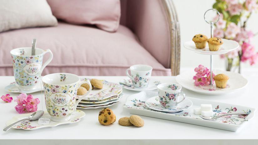 Service à thé aux motifs fleuris
