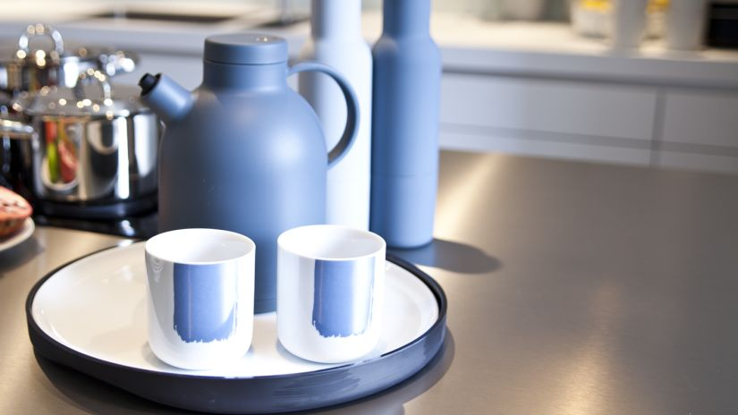 plateau tournant blanc et noir - théière bleue