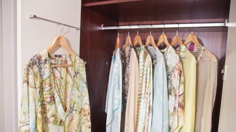 Cintre en bois dans armoire