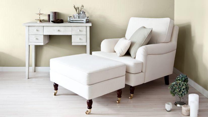 Console blanche dans un salon