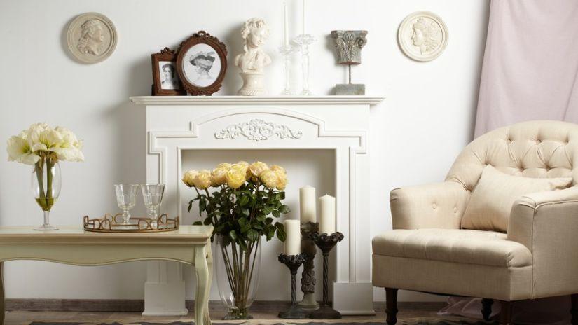 Manteau de cheminée en bois blanc sculpté