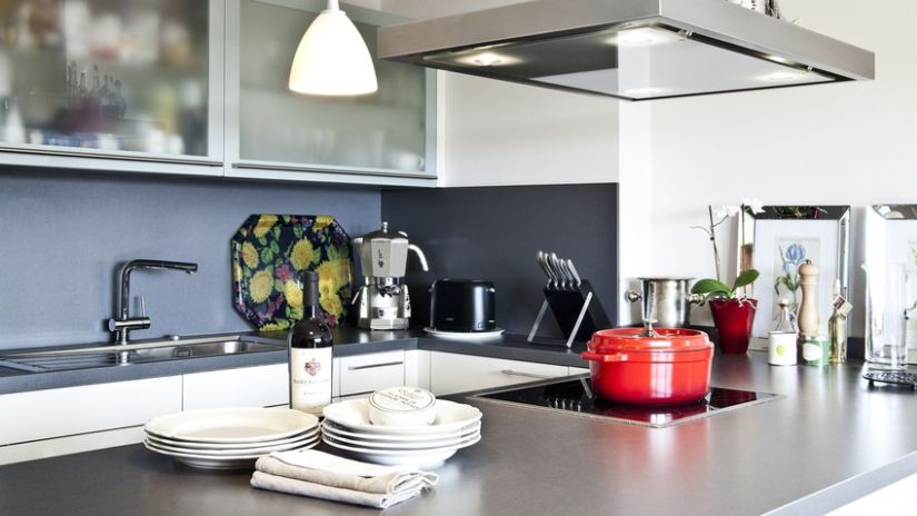 Spot intégré dans la hotte dans la cuisine