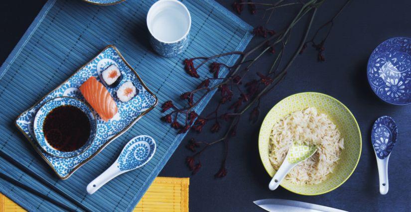 vaisselle japonaise blanche et bleue