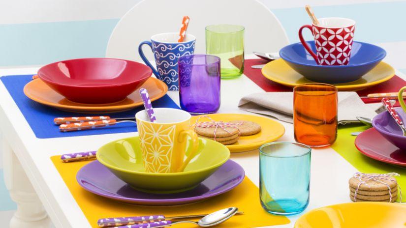 Verre à eau violet sur une table colorée