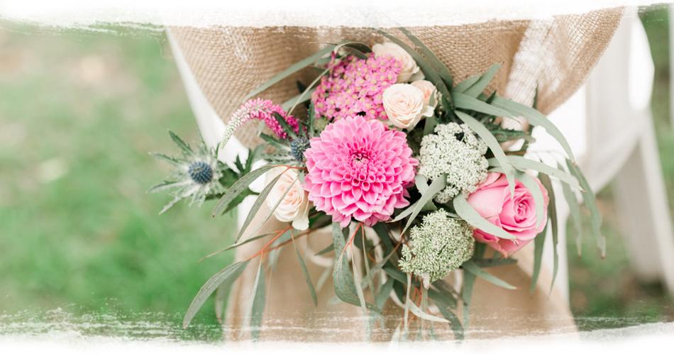 Pour un mariage champêtre, les couleurs pastel sont incontournables.  Intégrez des tonalités vert pistache, jaune pâle ou rose poudré à votre  décoration