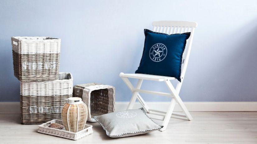 coussin bleu pétrole, housse de coussin, chaise blanche