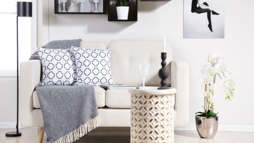 Plaid gris en laine sur un canapé