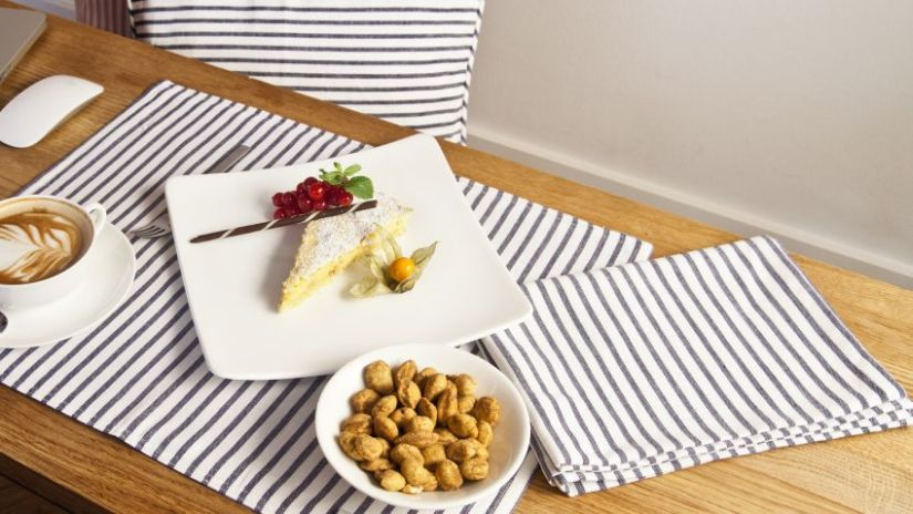 Sets de table gris et blancs en coton