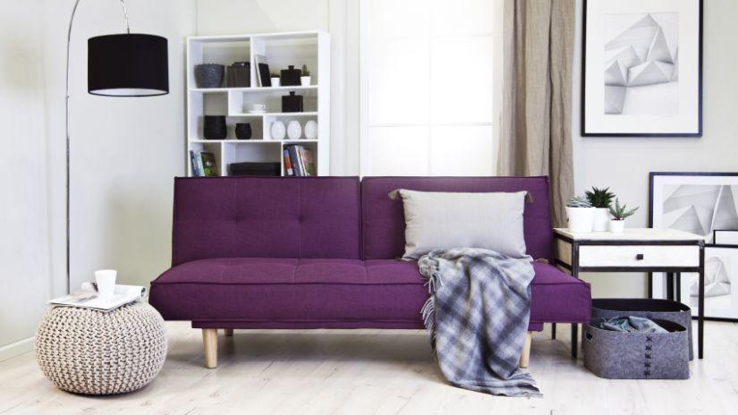 Canapé prune dans un salon