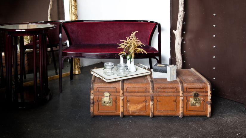 Canapé rouge de style colonial