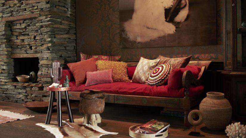 Canapé rouge et bois de style ethnique