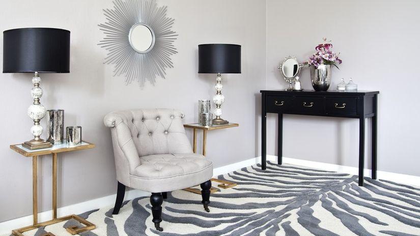 Chaise à roulette en bois avec revêtement gris pâle