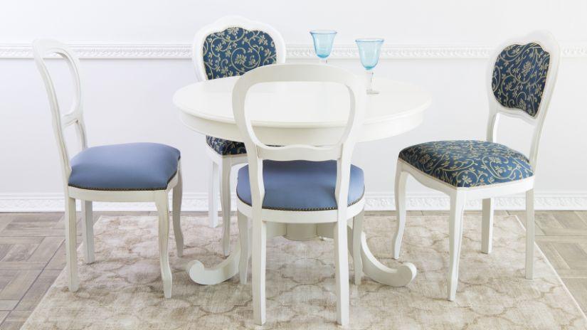 Chaises bleues autour d'une table