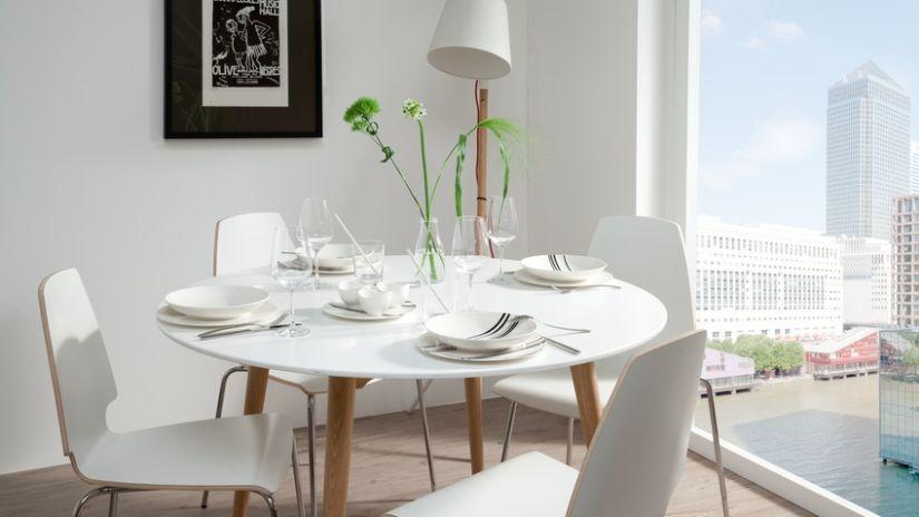 Chaise en bois blanche de style scandinave