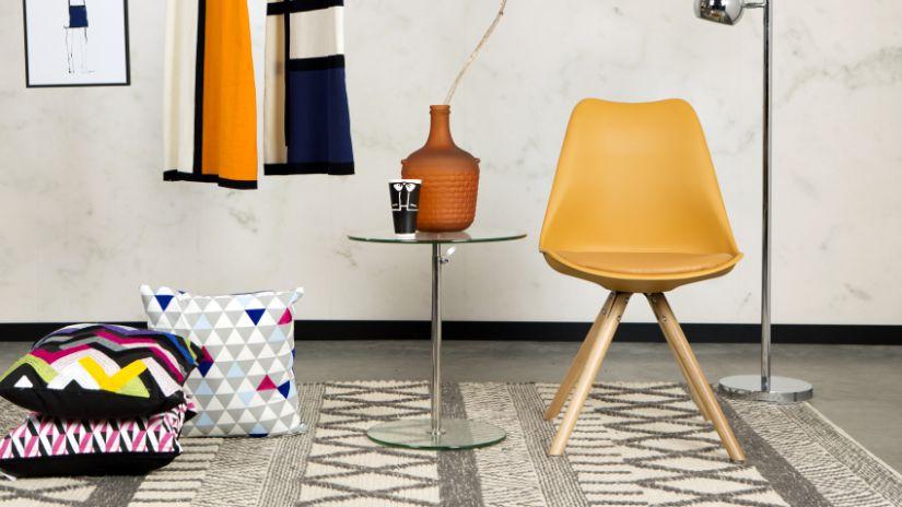 Chaise design orange dans un salon rétro