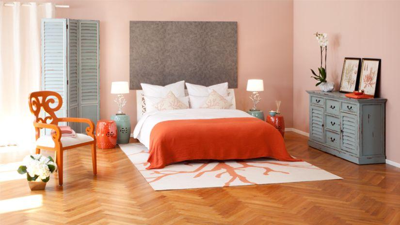Chaise de couleur orange dans une chambre