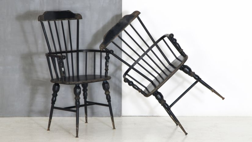 Grandes chaises noires en bois