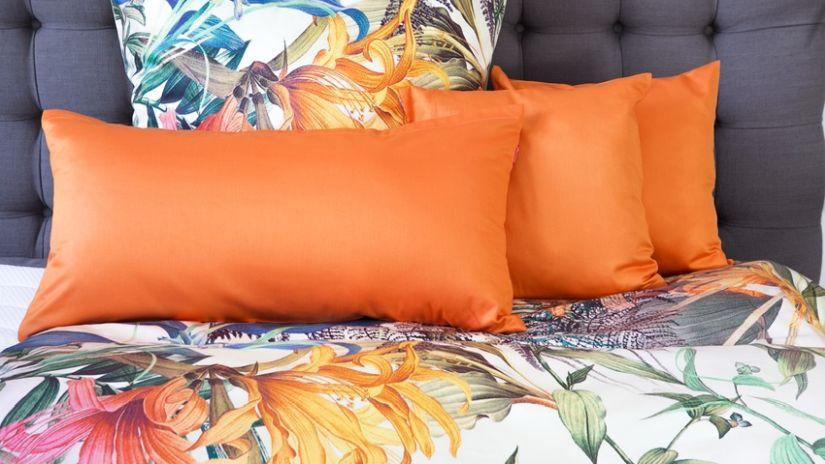 Gros coussin orange rectangulaire