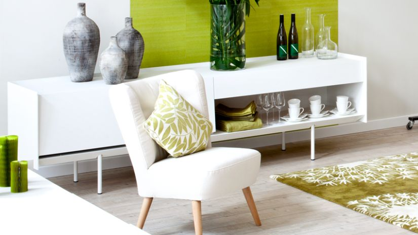 Coussin vert et blanc sur fauteuil blanc