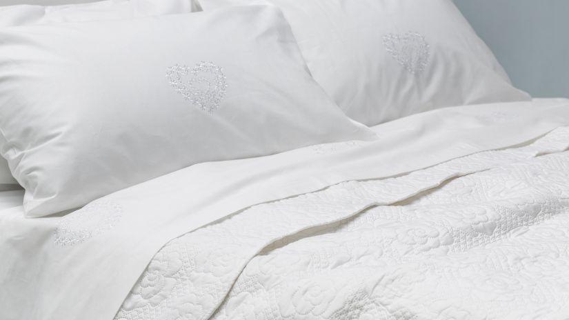 Couvre-lit blanc brodé