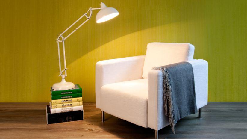 Fauteuil blanc et liseuse dans un salon