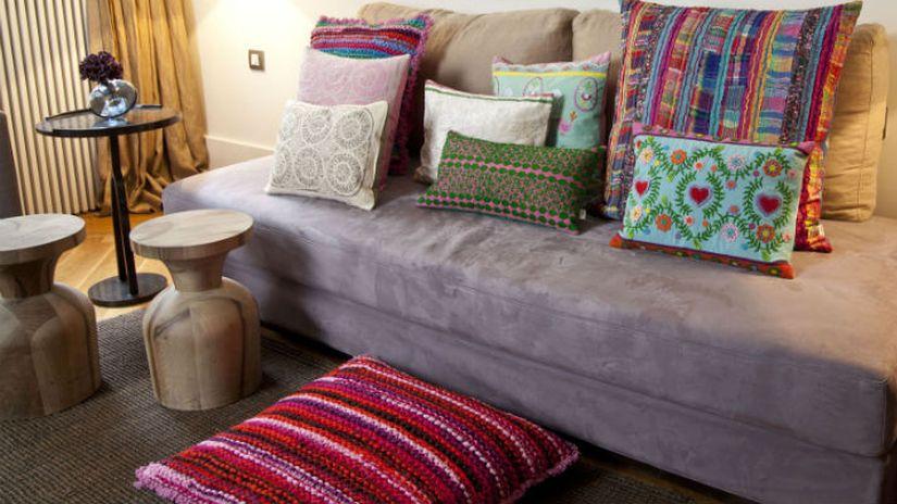 Tabouret tam tam avec canapé gris en tissu