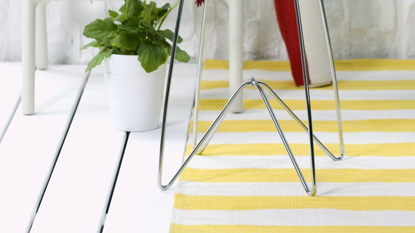 Tapis jaune à rayures blanches