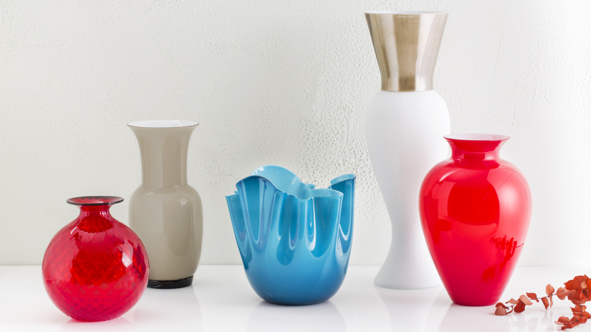 Vases rouges en verre transparent