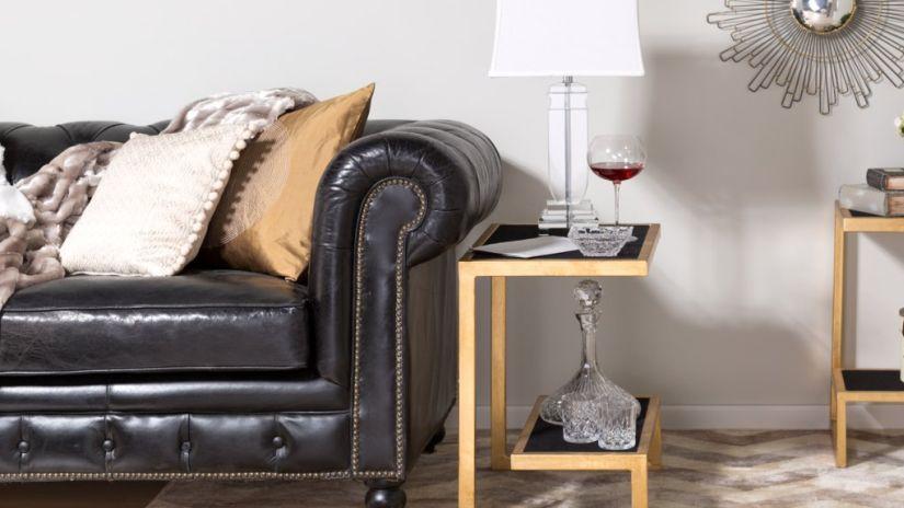 Canapé noir et table d'appoint
