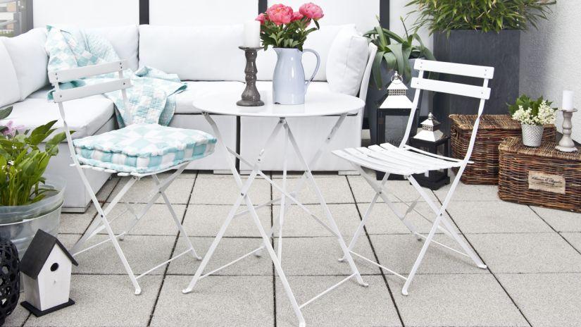 chaises en fer forgé sur une terrasse