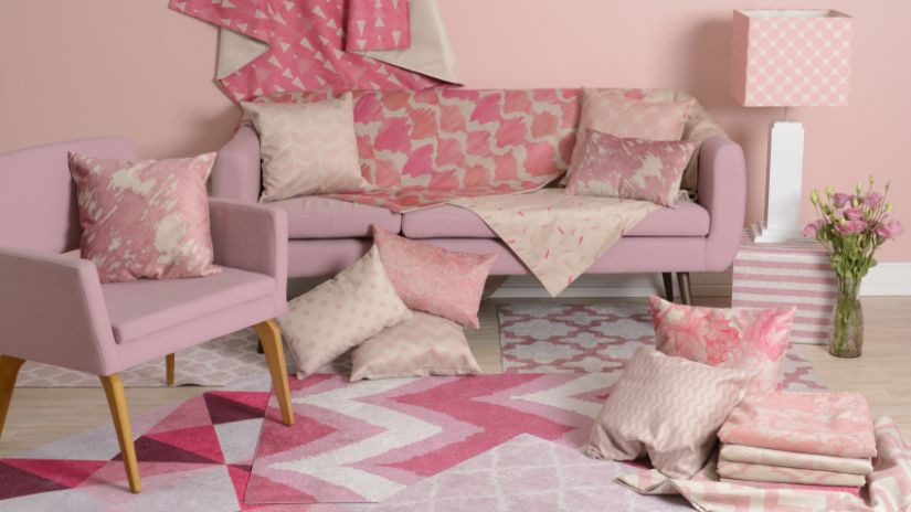 Chaise rose aux pieds en bois
